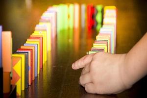 Kiedy można zauważyć objawy autyzmu u dzieci, Jakie są przyczyny autyzmu u dzieci, Jak można pomóc dziecku z autyzmem, Co wywołuje autyzm u dzieci